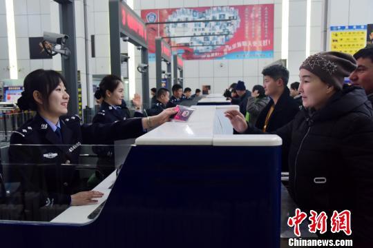 霍尔果斯出入境边防检查站民警换着新装后实走检查义务。 张佳 摄