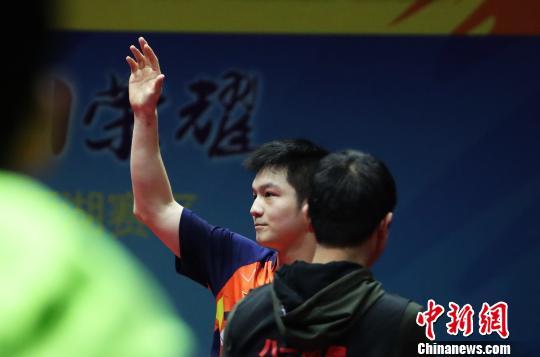 赢下首盘比赛后,樊振东举手向观众致意。 刘占昆 摄