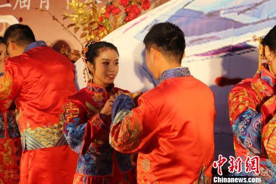 新人们互行沃盥礼、交拜礼、合卺礼、执手礼、送贺礼、散喜糖等中国传统婚礼礼俗。王有星 摄
