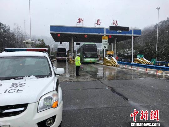 图为信阳新县高速收费站出站口,交警引导大客车出站。 刘瑞 摄