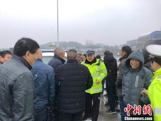 图为高速交警疏导滞留的司乘人员。 刘瑞 摄