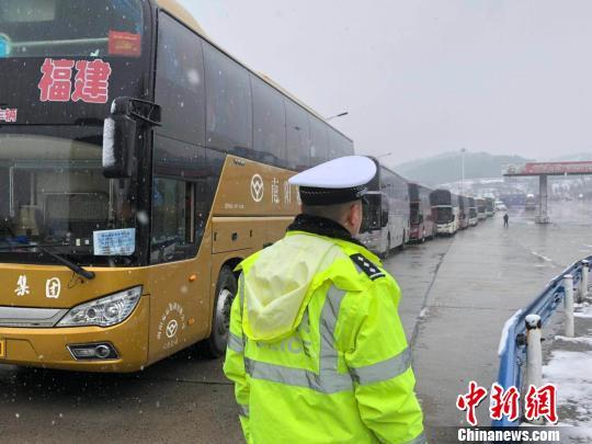 图为高速交警引导滞留大客车至收费站出口。 刘瑞 摄
