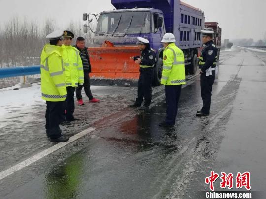 图为交警组织铲雪车清理高速路面。 刘瑞 摄