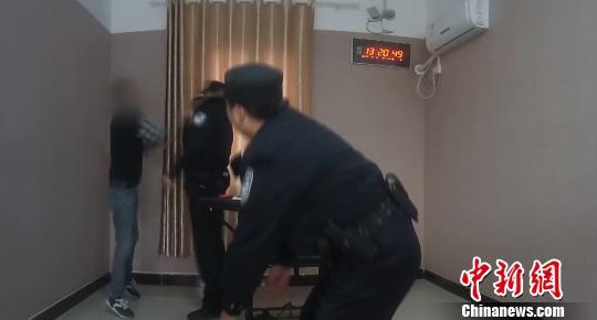 图为,男子张某跳起来攻击民警 周磊 摄