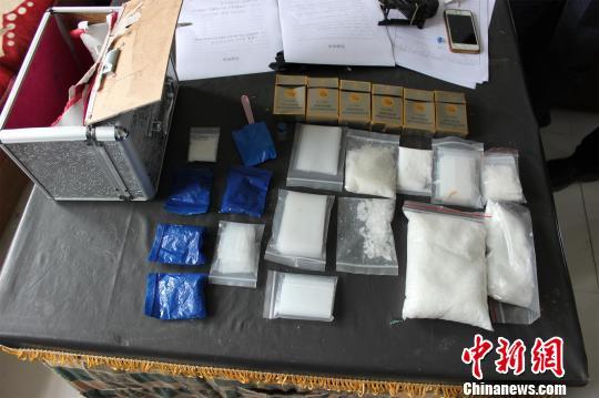 民警在张某宿舍内查获的毒品 曾志强 摄