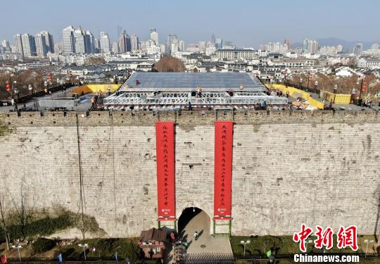 南京12城门挂上大红迎春联市民喜逛明城墙收