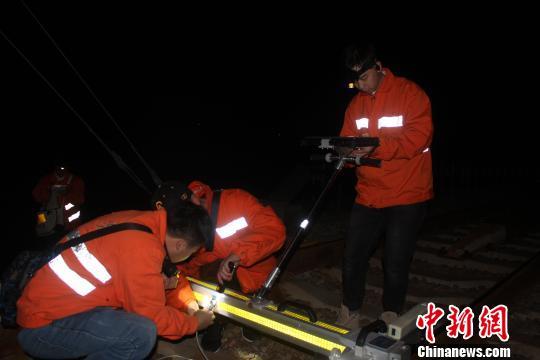 作业人员在安装调试轨道检查仪器。邬倔林 摄