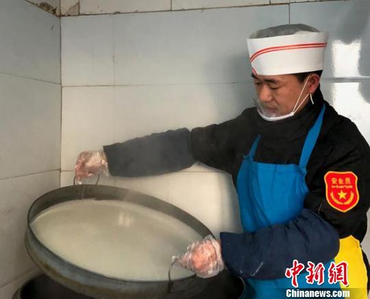 新疆西北边城凉皮小哥的滋味生活