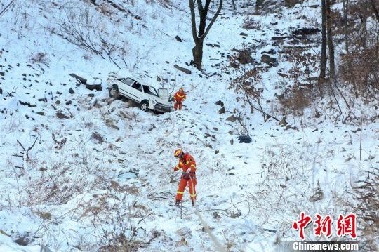 """消防员到达""""事故车辆""""旁边 王懿 摄"""