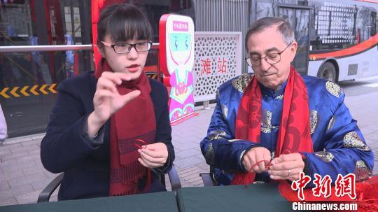 朱瑾教李欧编中国结。 康玉湛 摄