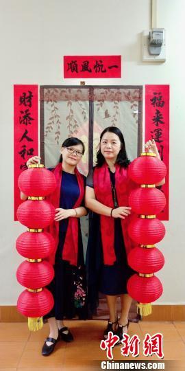 中国侨网图为外派教师在宿舍前合影 钟欣 摄