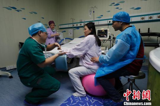 孕妇正聆听医生的意见,调整自己。 殷立勤 摄