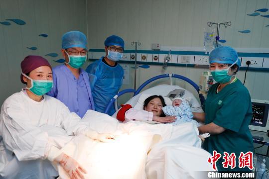 上海市第一妇婴保健院的产房里,新生儿与父母还有医护人员合影留念。 殷立勤 摄