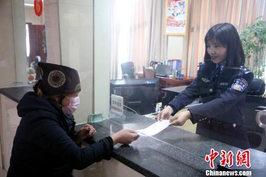 图为邦锦梅朵女子办证室民警为民众办理边境通行证。仁青旺堆 摄