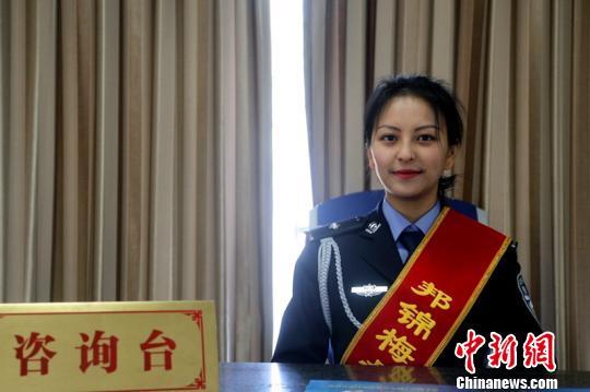 图为邦锦梅朵女子办证室民警新年坚守岗位。仁青旺堆 摄