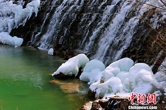 """甘肃宕昌官鹅沟冰瀑:""""逢春""""消融 雪水潺潺"""