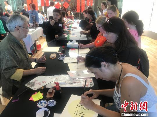 澳大利亚书法协会开办的书法工作坊吸引当地市民。 陶社兰 摄