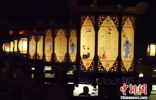 """图为民众夜游""""九曲黄河灯阵""""祈福。 杨艳敏 摄"""