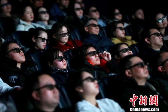 观众们被影片吸引,戴上眼镜观看3D版《流浪地球》。 寒单 摄