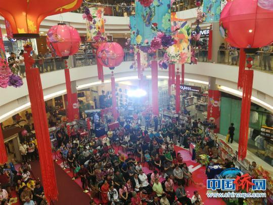 中国侨网大马尼拉华教协会21日在马尼拉中国城美加广场举办创会十五周年庆暨第一届大马尼拉华校展开幕仪式,吸引不少市民关注。 关向东 摄