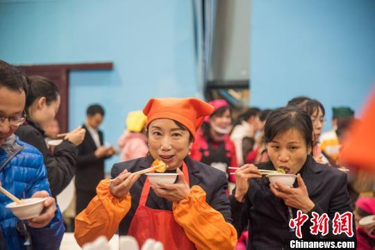 现场的职工们正在品尝饺子。 王以照 摄