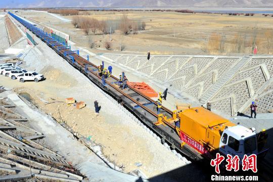 川藏铁路拉林段开始铺设长钢轨