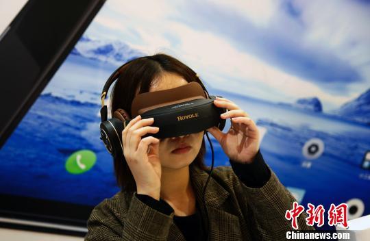 观众在体验可折叠式超高清VR智能移动影院。 汤彦俊 摄