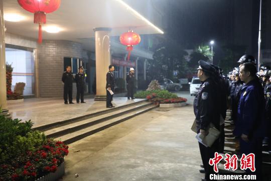 150多名警力集结。陆川警方供图