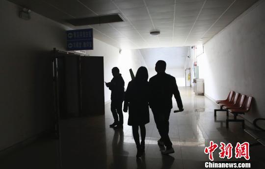民众即将参观遗体冷藏室等。 朱柳融 摄