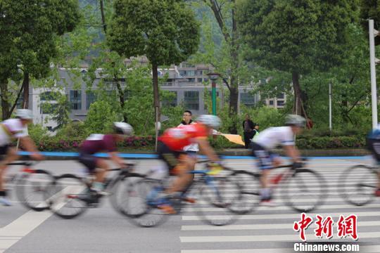 """图为2019""""多彩贵州""""自行车联赛(湄潭站)暨遵义·中国茶海自行车赛现场。瞿宏伦 摄"""