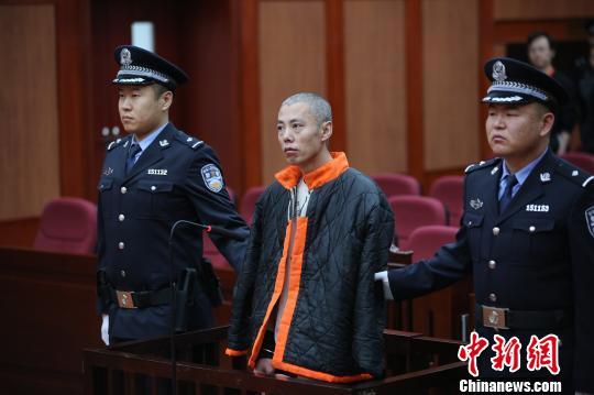 图为被告人李鹏飞在庭审现场。 乐炎 摄
