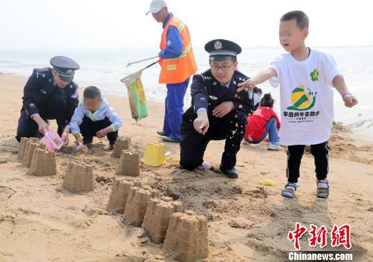 """图意愿者战""""小蜗牛""""正在建造沙雕。 曹建雄 摄"""