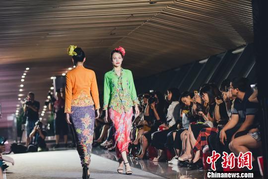 新加坡娘惹服装秀在成都上演