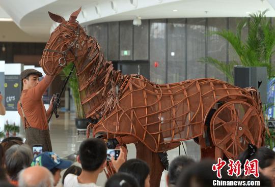 英国国宝级舞台剧《战马》中文版正式登陆江苏大剧院。泱波 摄