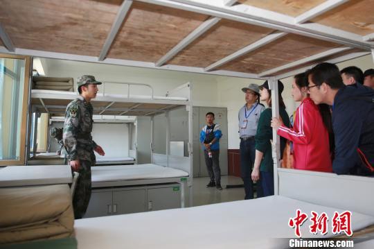 圖為參加此次活動幹部職工參觀陸軍第76集團軍某紅軍旅三連內務建設。 王光耀 攝
