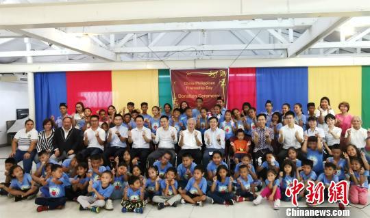 马尼拉王城孩子演唱中文歌曲贺中菲建交44周年