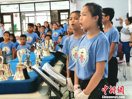 数十位菲律宾学童演奏起中国乐曲《茉莉花》,演唱着中文歌曲《感恩的心》,同贺中菲建交44周年,欢度第18届中菲友谊日。 关向东 摄