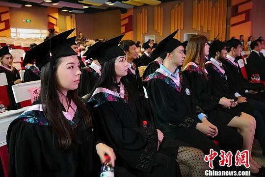 图为东干族留门生举办结业仪式。 刘玉桃 摄