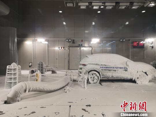 图为汽车环境风洞模拟下雪天气。 刘贤 摄