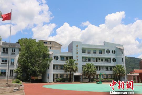 華僑捐建教學樓。供圖