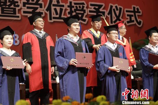 华侨大学2019届毕业典礼暨学位授予仪式上,5000名本科生和1153名研究生毕业生们依次走上主席台,接受学位证书、拨穗、合影留念。 刘沛 摄