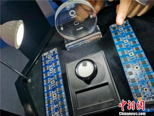 图为杭州某企业研发的人工智能边缘化计算芯片。 张煜欢 摄