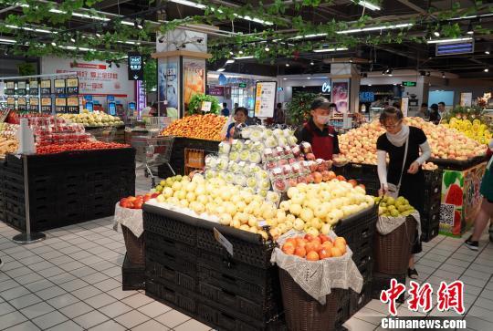 12日上午10时,并非超市客流的回起时段,走进好特好超市康宁街店,有很多主顾正在死陈区购物。 伸丽霞 摄