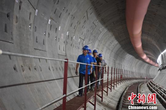 盾构工人们从隧道内经过。 韩苏原 摄