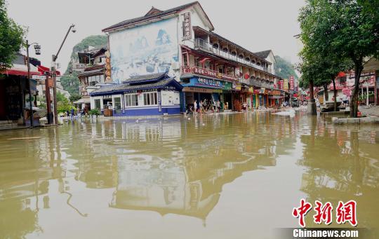 7月14日,广西桂林阳朔西街口逐渐消退的洪水内涝。 唐梦宪 摄
