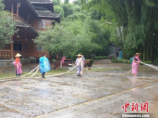 7月14日,《印象?刘三姐》景区员工忙着清理淤泥。 钟欣 摄