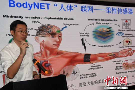"""新加坡南洋理工大学材料科学与工程学院教授陈晓东在""""科学麻辣烫""""上演讲。 孙自法 摄"""