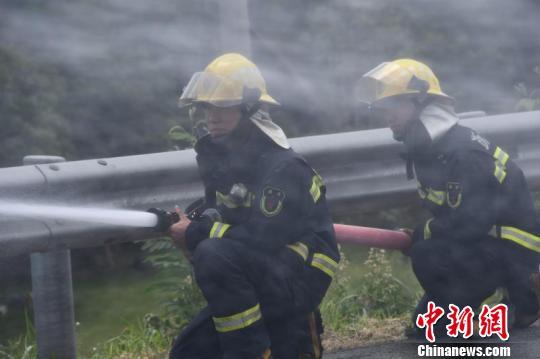 杭州机场高速一辆大巴车自燃。 许安得烈 摄