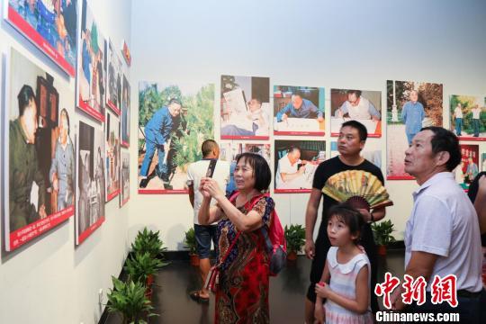 游客正在参观图片展。 詹高军 摄 摄