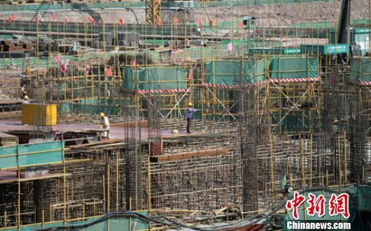 工天上工人徒弟们正正在繁忙。 刘忠俊 摄